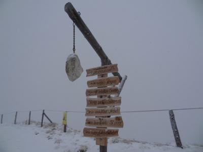 Wetterstation am Kalteck. Der Schneefall wurde später dichter und verpasste uns bei der Abfahrt ein stechendes Gesichtspeeling.