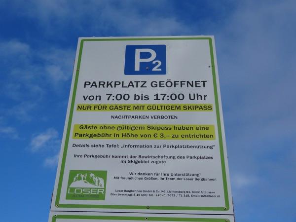 Tourengeher bezahlen eine Parkgebühr von 3 Euro