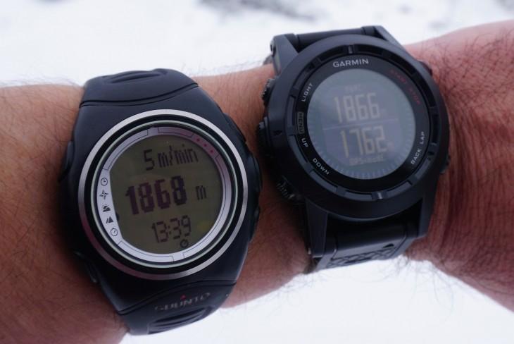 Die Fenix 2 (rechts) zeigt zusätzlich zur barometrischen Höhe (oben) auch noch die GPS-Höhe an (unten)