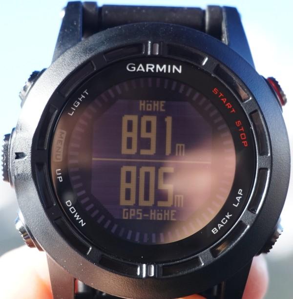 An der Garmin Fenix 2 schätze ich die duale Anzeige von barometrischer Höhe (oben) und GPS-Höhe