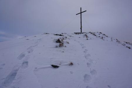 Gipfelkreuz am Kochofen. Bei einer großen gelben Eisplatte dürfte wohl jemand seinen ganzen Kamillentee verschüttet haben?