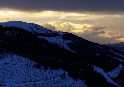 Abstieg in der Abenddämmerung. Blick zum Sendeturm auf dem Hauser Kaibling.