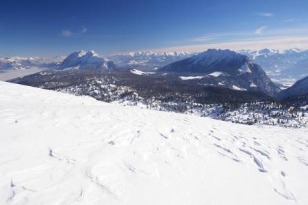 """Grimming (links) und Kammspitz (rechts). Ganz rechts der Felsdurchlass der """"Öfen"""", durch die wir aufgestiegen sind."""