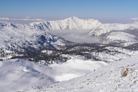 Schroffe Wände des Sarstein. Hinten links ragt der Schafberg aus dem Nebelmeer.