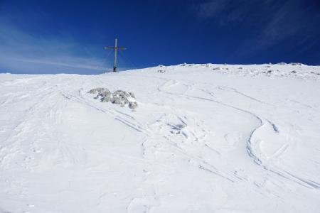 Hier im Gipfelbereich macht sich eisiger Wind bemerkbar ...