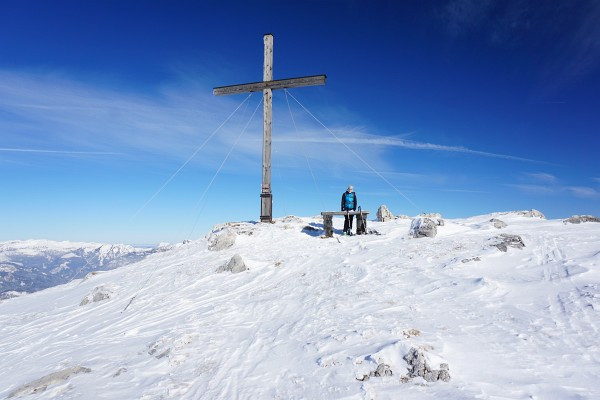 ... weshalb wir uns auch nicht allzu lange beim Gipfelkreuz am höchsten Punkt des Ausseer Zinken aufhalten.