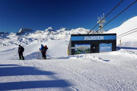 Start am Krippenstein in ca. 2.070 Meter Seehöhe. Während die meisten anderen Tourengeher Richtung Süden dem Dachstein zustreben ...