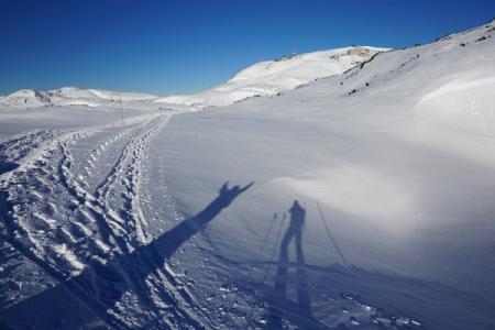 Anfangs gibt es noch mehrere Spuren - auch Schneeschuhspuren auf der ...