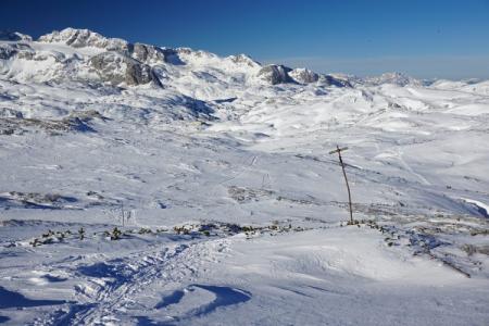 ... spärlich markierten Schi- / Schneeschuh-Route. Im Hintergrund die ehemalige Kaserne Oberfeld ...
