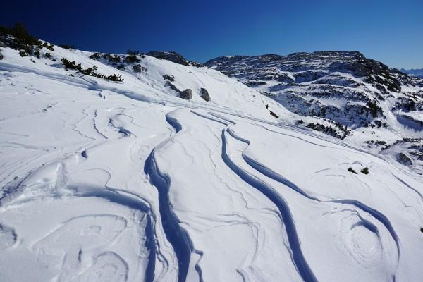 Windgeformte Schneespuren