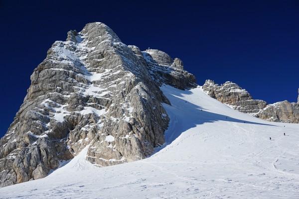 Einige Dachstein-Gipfelaspiranten am steilen Weg zur Randkluft.