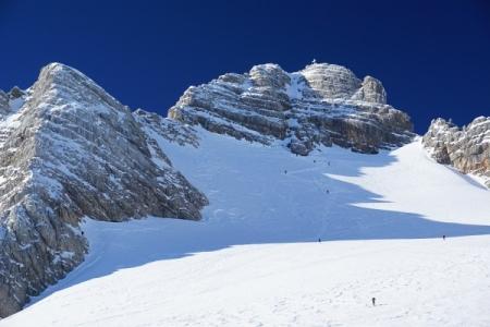 Bevor es losgeht beobachten wir noch einmal fasziniert die Dachstein-Gipfelstürmer am Weg zum weiß leuchtenden Gipfelkreuz.