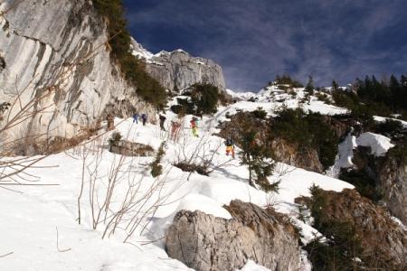 ... stellte sich die Rampe als gar nicht so schwierig heraus. Alternativ könnte man auch rechts unterhalb der Felsmauer in ein kurzes Wäldchen hinüberqueren. Dort bin ich dann abgefahren.