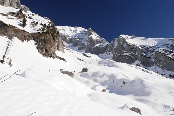 Nach der Rampe folgt ein wunderschönes, sanft gestuftes Aufstiegsgelände mit hochalpinen Ausblicken.