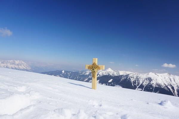 Mein mobiles Gipfelkreuz am Dromeisspitz. Links hinten der Grimming, rechts das Gumpeneck.