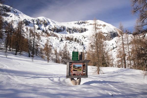 Blick von der Stubhöhe zur Steinfeldspitze. Tafel mit der Bild der Tauernkarleitenalm (erstes Bild in diesem Beitrag)