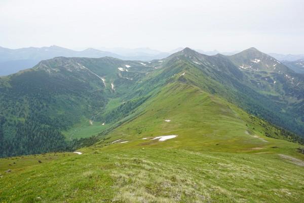 Blick zurück auf Seekoppen (rechts der Bildmitte) und Hochrettelstein (rechts). Links mein Aufstiegsgelände über die Almterassen.