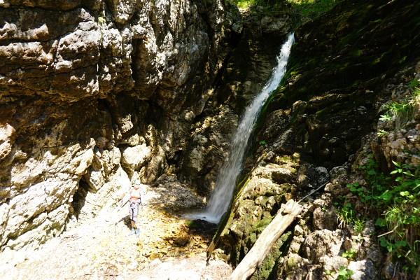 Beim Rückweg steigen wir wenige Meter in eine Felsnische abwärts ...