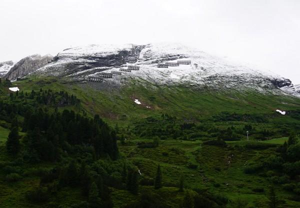 Bei der Nachhausefahrt über Obertauern: 4 Grad (wenigstens Plus), aber frischer Neuschnee auf den höheren Gipfeln
