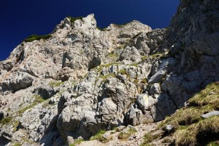 Der Felseinstieg - deutlich gekennzeichnet durch einen gelben Pfeil nach oben.