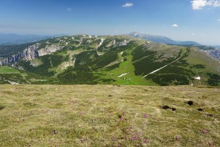 Am Gipfel der Heukuppe mit Blick Richtung Schneeberg (im Hintergrund). Vorne der grün leuchtende Predigtstuhl, wen wir ...