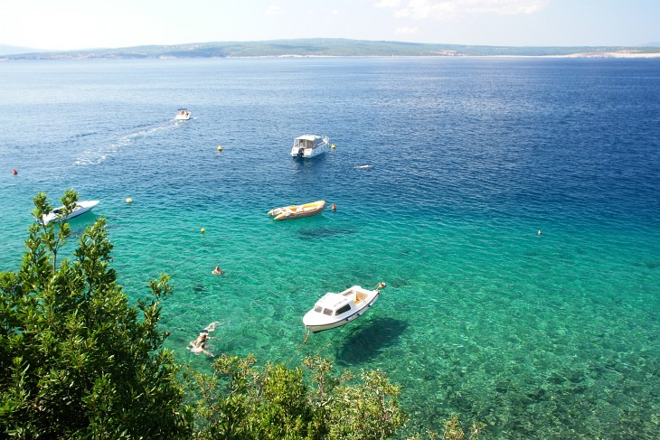 Das Meer zwischen der Riviera von Crikvenica und der Insel Krk lockt mit erfrischenden Bädern