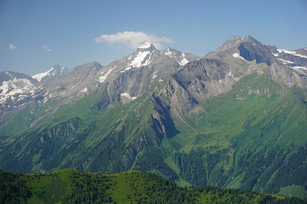 Großglockner (links). In Bildmitte das markante Große Wiesbachhorn.