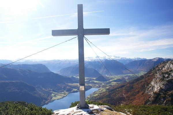 Tiefblick vom Backenstein-Gipfelkreuz zum Grundlsee