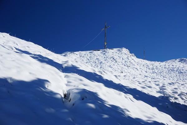 Gipfelkreuz am Kochofen vor tiefblauem Himmel