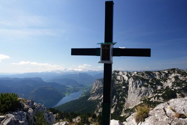 Ausblick vom Gipfelkreuz am Dreibrüderkogel zum Grundlsee