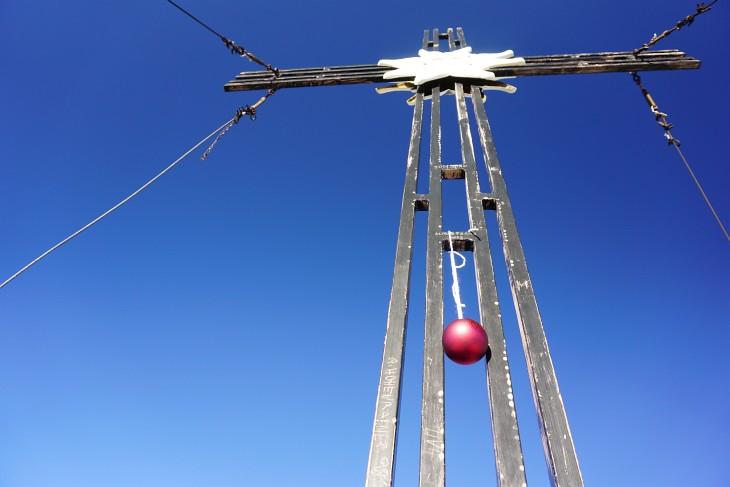 Gipfelkreuz am Kammspitz mit Weihnachtsschmuck