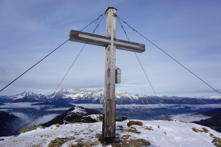 Beim Gipfelkreuz am Hochfeld mit Blick Richtung Norden