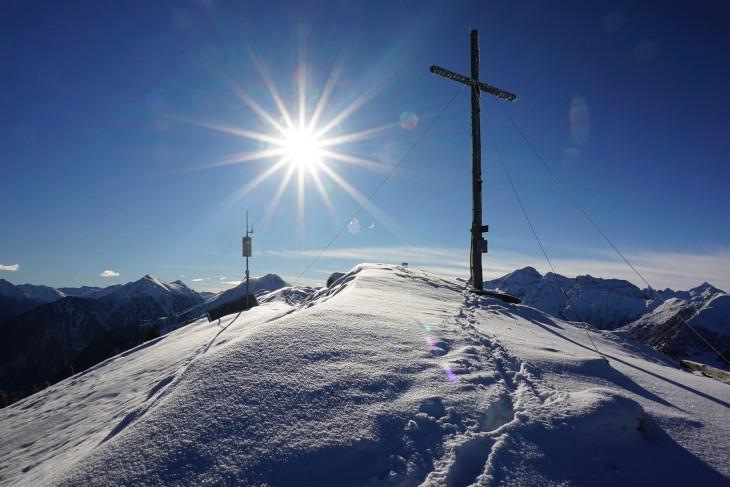 Beim Kochofen-Gipfelkreuz. Von Westen (rechts) schieben sich bereits die nächsten Schneewolken heran.