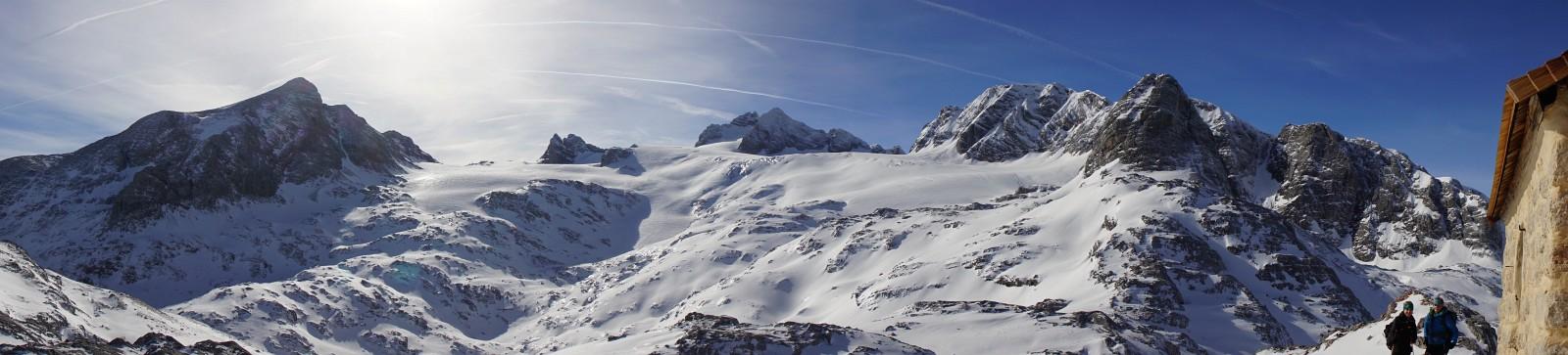 Blick von der Simonyhütte über den Hallstätter Gletscher zum Dachstein (Klick zur Vergrößerung)