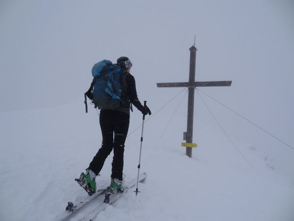 Pleschnitzzinken-Gipfelkreuz: Auch bei nicht optimalen Wetterverhältnissen ein machbares Schitourenziel