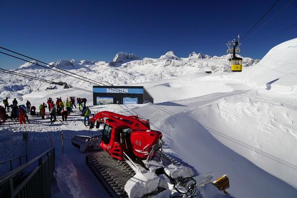 Aufbruch mit etlichen anderen Skitourengehern am Krippenstein.