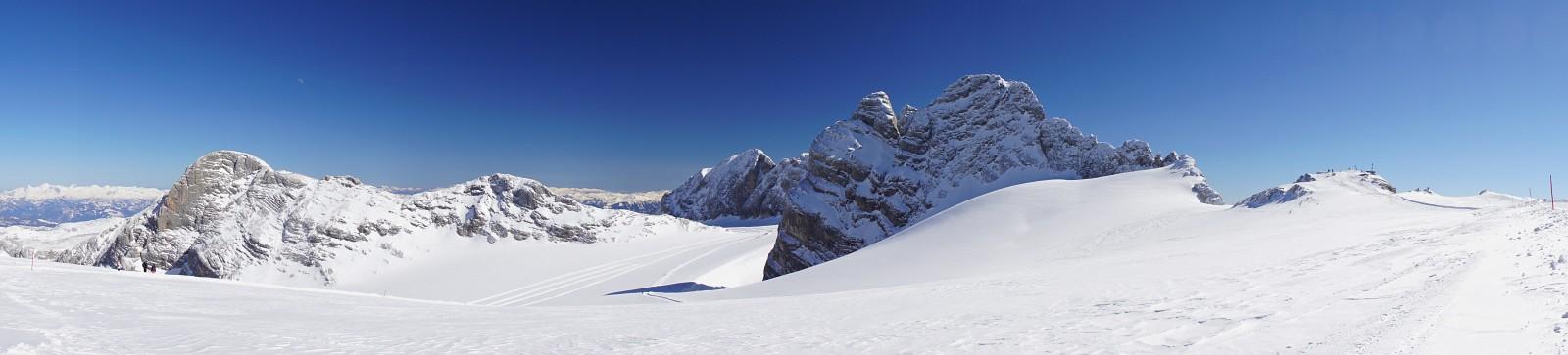 Hoher Gjaidstein (links), Großer Koppenkarstein (Bildmitte im Hintergrund), Dachstein-Dirndln (rechts der Bildmitte) und Seethalerhütte rechts