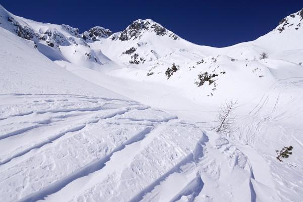 Abfahrtsspuren aus dem Schneekar. In Bildmitte der Schwarzkopf.