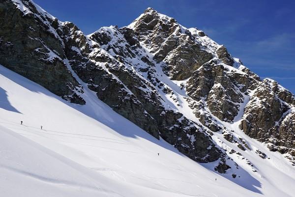 Winzige Menschlein im alpinen Gelände