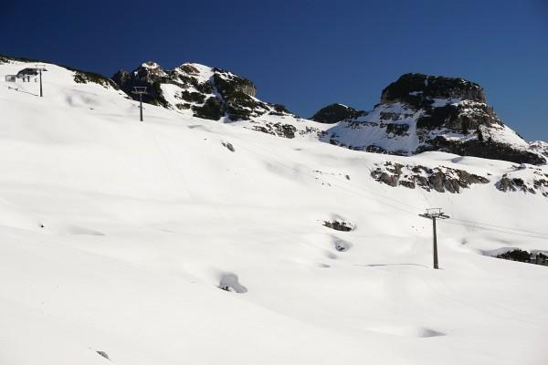 Aufstieg im Bereich des Loserfenster-Schigebietes, wo bereits einige Dolinen sichtbar werden.