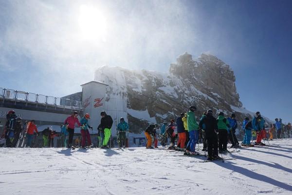 Der eisige Wind treibt bei den Gefrorenen-Wand-Spitzen Schneefahnen vor sich her