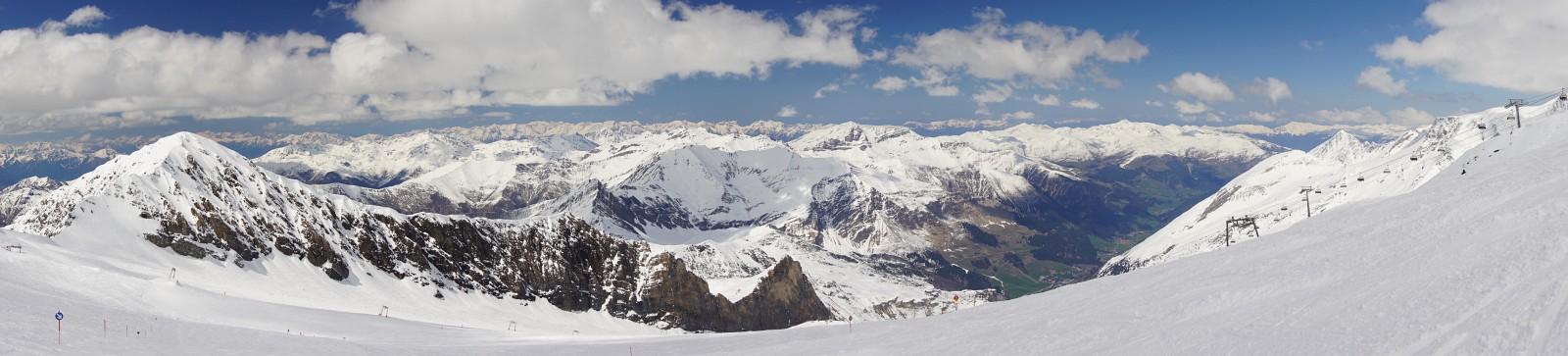 Unterwegs im westlichen Bereich des Hintertuxer Gletschers. Links der Kleine Kaserer, in Bildmitte die Lämrstange. (Klick zur Vergrößerung)