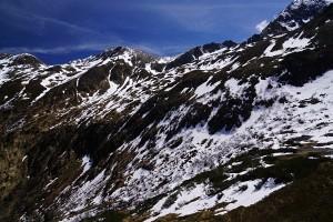 Schneereste und braune, feuchte Flecken am Weg auf den Hochstubofen
