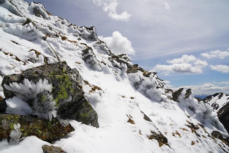 Die letzten Schneereste am Weg auf den Hochstubofen