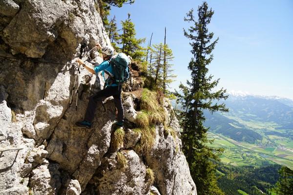 Auf das Klettersteigset haben wir beim Ostanstieg noch verzichtet. Ein Helm kann aber auch hier nicht schaden.