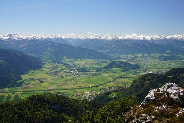 Ausblick vom Hochtausing über das grüne Ennstal in die noch schneebedeckten Niederen Tauern