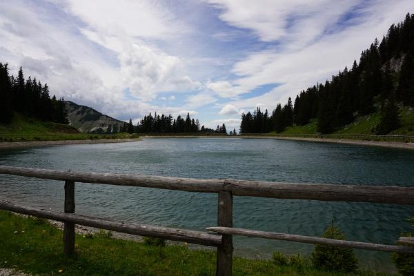Auch der Bergsee sieht künstlich und gestylt aus