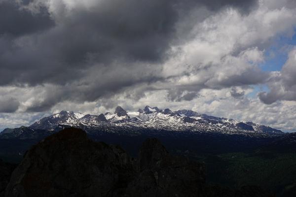 Sonnenschein beim Aufbruch - Dichte Wolken am Gipfel