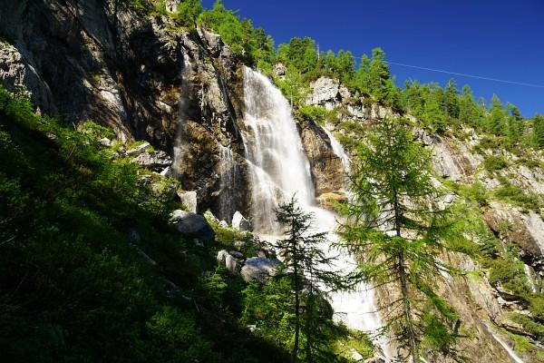 Vorbei am rauschenden Wasserfall - rechts oben erkennt man das Seil der Materialseilbahn zum Tappenkarsee