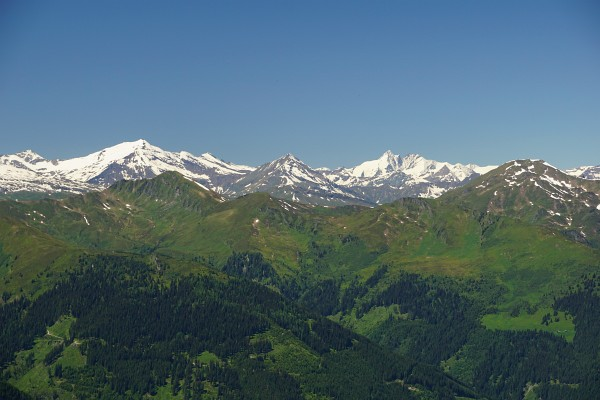 """Selbst """"Österreichs Höchster"""" - der Großglockner - wirkt bei den heutigen guten Lichtverhältnissen ganz nah. Links der Hocharn."""